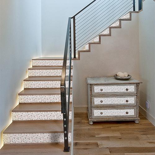 Tiroirs de commode et contremarches d'escaliers personnalisés avec des adhésifs pour contremarches effet matière représentant du granito rose et gris.