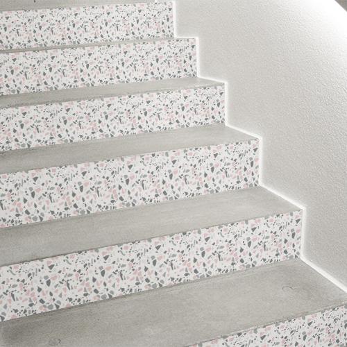 Gros plan sur une déco d'escalier tendance avec un sticker pour contremarche d'escalier terrazzo rose et gris.