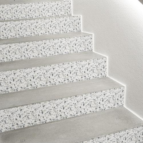 Décoration pour contremarche d'escalier avec un motif de granito gris comme du terrazzo authentique.