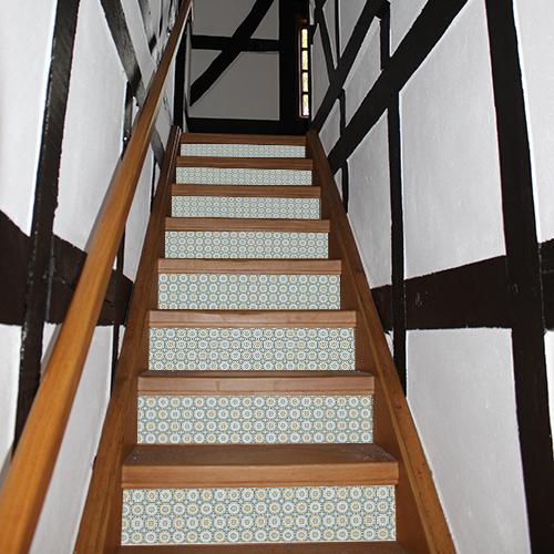 Escalier rustique personnalisé avec des contremarches adhésive rosaces colorées de style oriental.