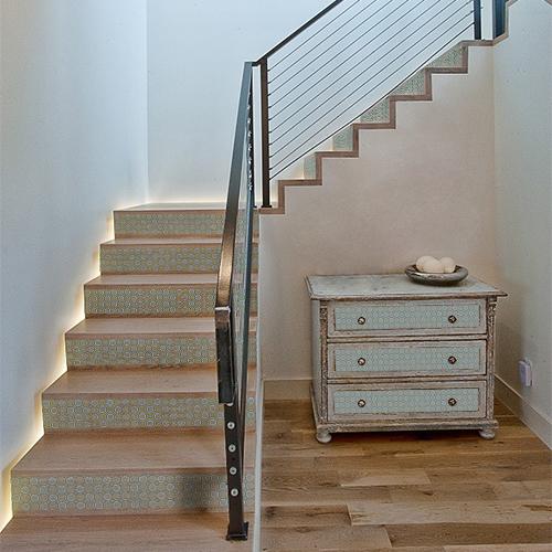 Personnaliser les tiroirs d'une commode ou les contremarches d'un escalier avec les adhésifs contremarches mosaïque colorée c'est simple et beau.
