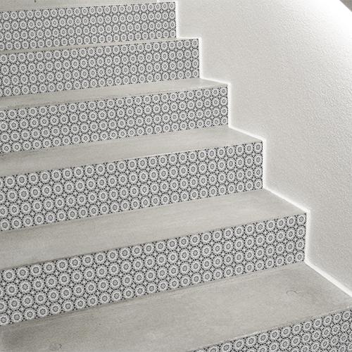 Déco d'escalier avec contremarches adhésive céramique rosace grise.