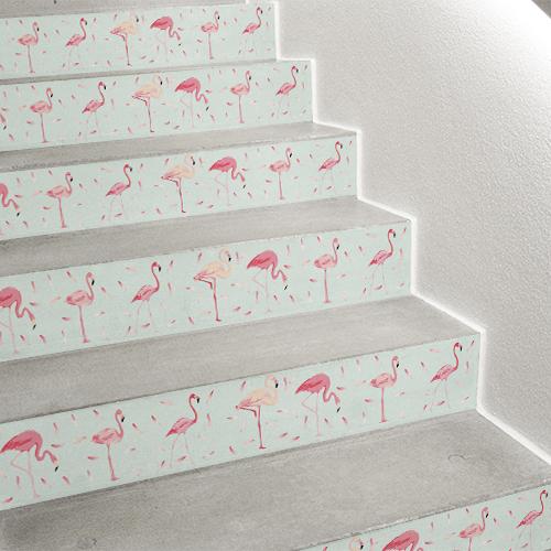 Les contremarches flamants rose sur fond mint sont parfaites pour finaliser la déco d'escaliers exotique chic.