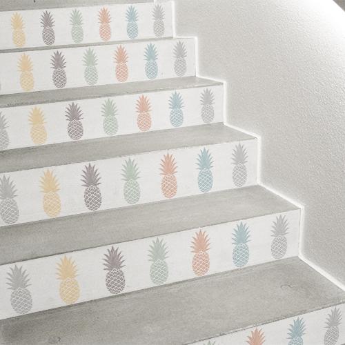Contremarches d'escalier personnalisées avec des adhésifs exotiques pour contremarche au motif ananas colorés.