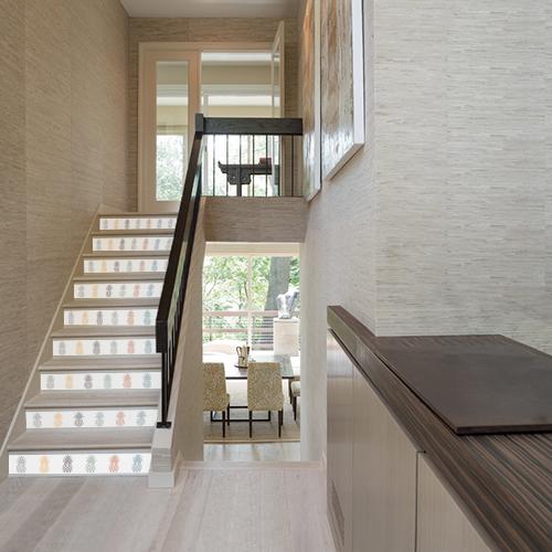 Egayez vos contremarches d'escalier en bois avec un sticker exotique ananas art déco aux couleurs simples.