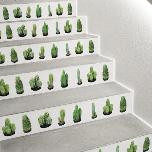 Décorer les escaliers avec un style rafraîchissant apporté par ces contremarches d'escalier blanches et cactus Urban Jungle.