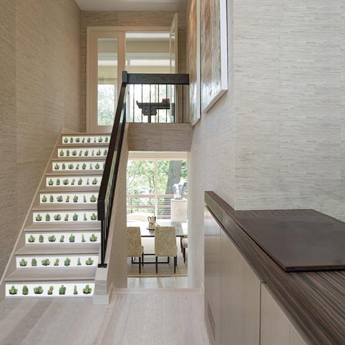 Déco d'escalier rustique avec des contremarches adhésives blanches représentant des minis cactus Urban Jungle.