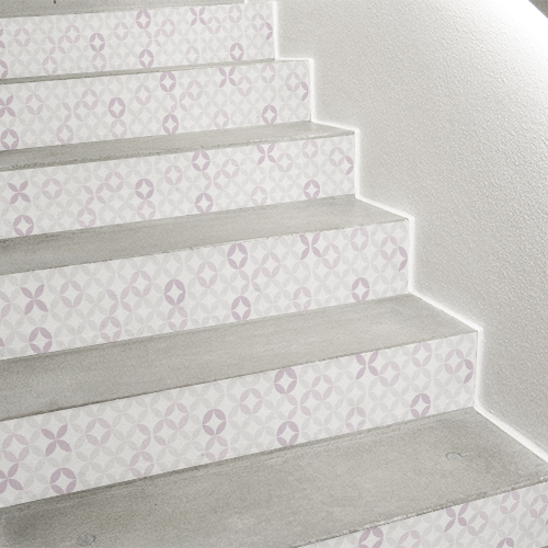 Détail d'escalier moderne personnalisé avec des contremarches adhésive rosace rose poudré de style céramique orientale.