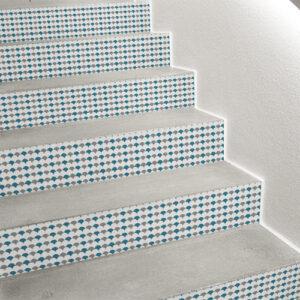 Détail de déco d'escalier avec contremarche personnalisée grâce aux sticker de contremarches écailles scandinave gris blanc et bleu canard.