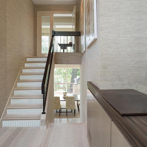 Votre déco d'escalier manque de caractère ? Facile de personnaliser les contremarches d'escalier avec un adhésif pour contremarche au motif scandinave écailles.