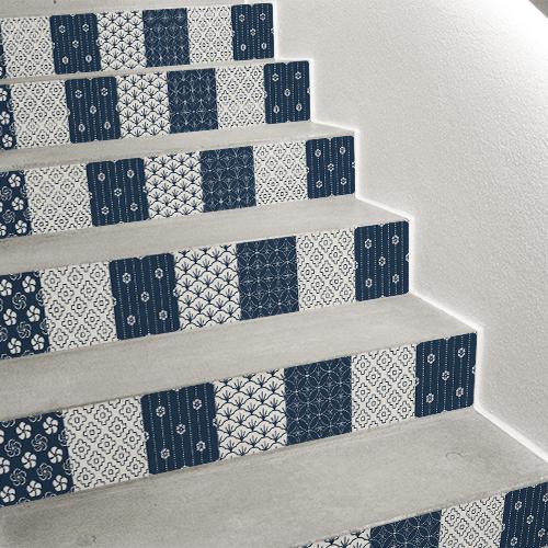 Contremarche adhésive pour escalier avec des motifs carrelage japon en bleu et blanc.
