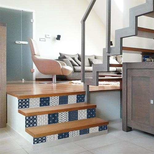 Escalier en bois clair personnalisé avec des stickers pour contremarche carreaux de carrelage motif japon en bleu et blanc.