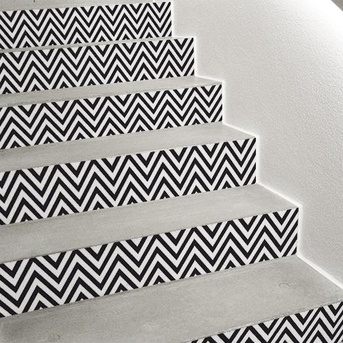 Idées pour rénover son escalier facilement grâce aux adhésifs pour contremarche d'escalier chevrons noir et blanc.