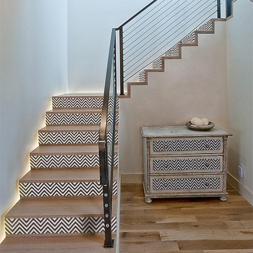 Bricolage facile pour rénover une commode ou décorer un escalier avec des contremarches adhésives à chevrons noir et blanc.