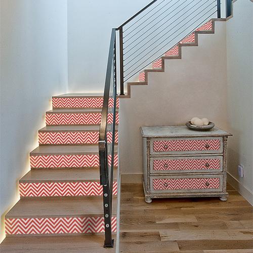 Rénover une commode ou des contremarche d'escalier avec des contremarches adhésive chevrons rouge et blanc et transformez votre intérieur avec style.