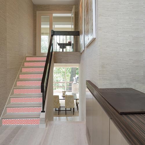 Apportez du dynamisme et de la couleur à vos contremarches d'escalier grâce aux adhésifs de contremarches chevrons rouge et blanc.