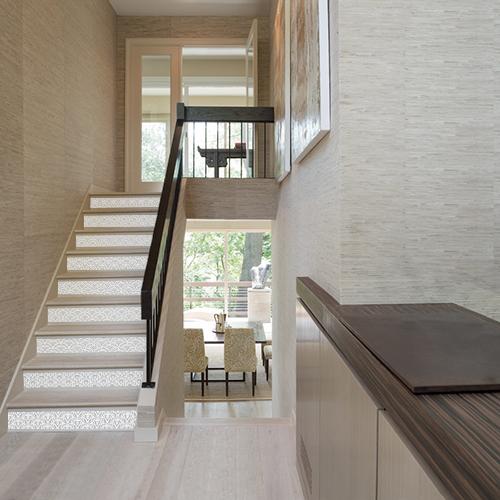 Un escalier moderne est rendu moins sévère grâce au sticker pour contremarches d'escalier écailles gris et blanc.