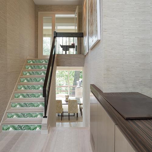 Apporter un peu de fun et d'exotisme dans un escalier moderne avec les contremarches adhésive urban Jungle feuillage exotique A.