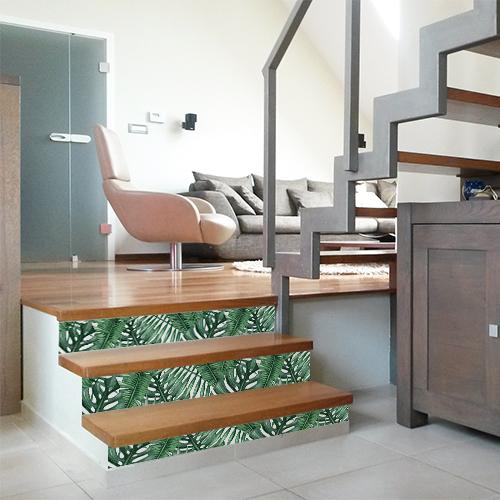 Personnaliser un escalier de bois clair c'est simple avec les contremarches adhésive exotique de style Urban Jungle.