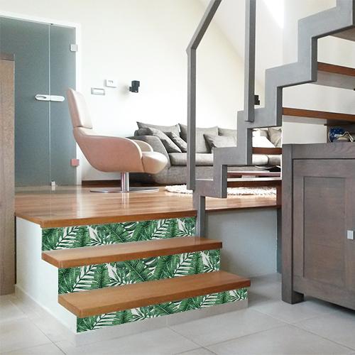 Relooker des tiroirs de commode ou des contremarches d'escalier avec style c'est rapide grâce aux contremarches adhésives tropicales en vert et blanc.