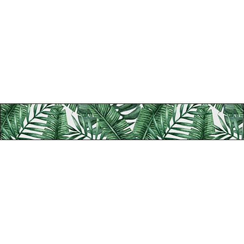Cet escalier en bois clair est sublimé par un ensemble de contremarches adhésive en vert et blanc avec un motif de feuilles exotiques.