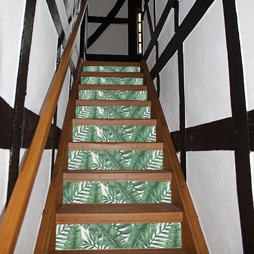 Les stickers pours contremarches d'escalier transforme cet escalier rustique en bois foncé et apporte un vent de fraîcheur dans la maison.