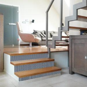 Découvrez comment les contremarches adhésives écailles bleu Japon personnalisent à merveille une montée d'escalier de bois clair.