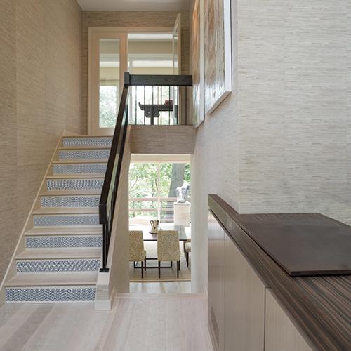 les escaliers modernes ne manquent pas de caractère avec les stickers de contremarches écailles bleu de Japon.