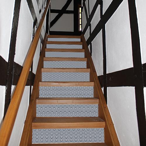 les contremarches d'escalier écaille bleu japon peuvent servir à personnaliser une déco d'escalier ou encore rénover des tiroirs de commode avec style.