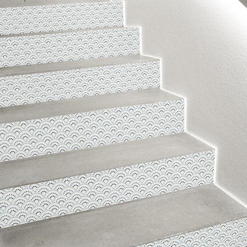 Trouvez des idees déco d'escalier grâce à nos stickers de contremarches d'escalier motif écailles à pois bleu qui viennent transformer vos escaliers avec grâce.