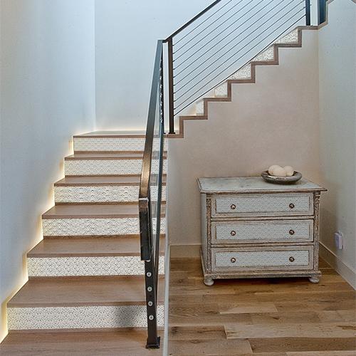 Découvrez comment transformer une commode ou une déco d'escalier en quelques instants grâce aux stickers pour contremarches écailles à pois bleus.