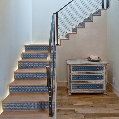 Les tiroirs de commode ou les contremarches d'escalier sont décorés avec des stickers écailles sirène pour contremarche dans les tons bleus.