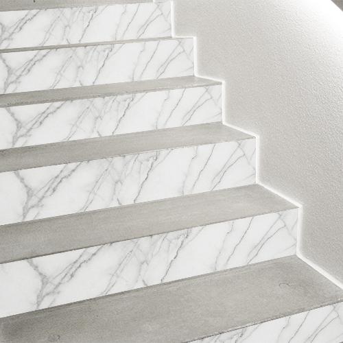 Escalier moderne personnalisé avec un touche minérale grâce aux contremarches adhésive faux marbre en trompe-l'oeil.