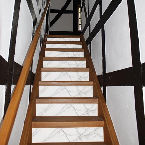 Détail sur les contremarches de cet escalier moderne personnalisées avec des contremarches adhésives effet marbre blanc en trompe-l'oeil.