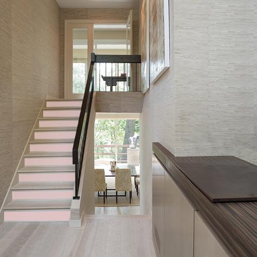 Toute en douceur la déco de cet escalier moderne est personnalisée avec des sticker pour contremarche d'escalier uni rose pâle.