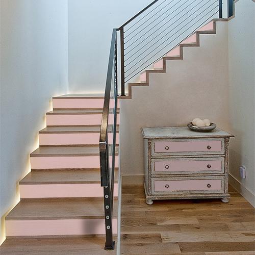 Délicate touche de rose pâle dans ces escaliers et sur les tiroirs de la commode rendu possible grâce aux contremarches adhésives unies rose clair.