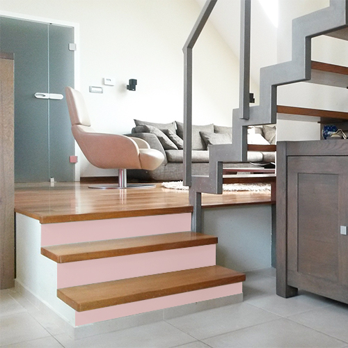 L'ambiance scandinave de cet intérieur est légèrement coloré grâce aux stickers de contremarche unie rose clair qui apporte une finition poudrée dans la déco d'escalier.