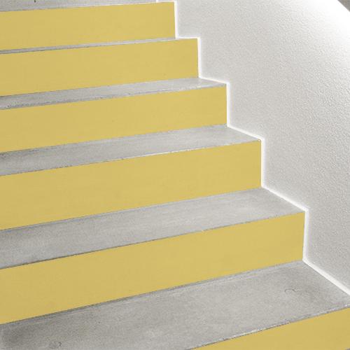 Apportez une touche de soleil dans vos escaliers modernes grâce à cette contremarche adhésive unie jaune curry qui personnalise votre déco d'escalier simplement et facilement.