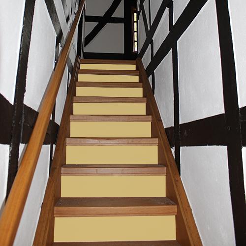 Quand le jaune transforme vos tiroirs de commode et vos contremarches d'escalier c'est toute la déco d'escalier qui devient chaleureuse grâce aux adhésifs de contremarche uni jaune.