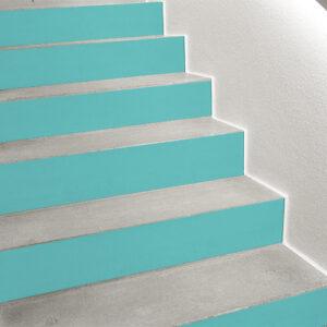 Adoptez une douce tendance bleu canard très apaisante dans vos escaliers moderne grâces aux contremarches adhésives unies bleu.