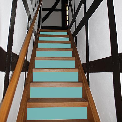 Facile de rénover une commode avec des couleurs tendances ou de transformer une montée d'escalier avec une ambiance apaisante grâce aux contremarches adhésives unies bleu canard.