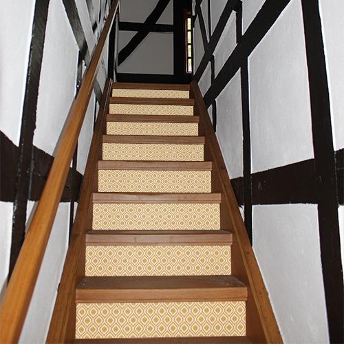 Escalier rustique rénové avec des contremarches adhésives design au motif géométrique qui sont des losanges imprimés .