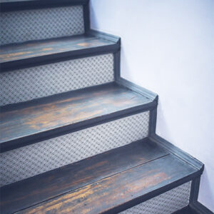 Contremarches en bois ornées de stickers noir et blanc petit carré en diagonale moderne