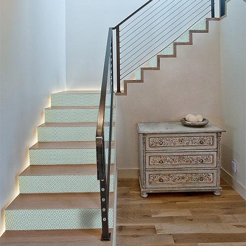 Les contremarches d'escalier losange vert peuvent aussi bien rénover un escalier en bois clair que venir personnaliser des tiroirs de commode.