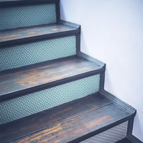 Décoration adhésive pour escalier bleu pastel motifs géométriques