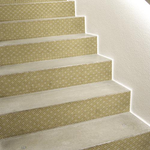 Escalier en béton personnalisé avec une contremarches d'escalier croix trait et rond doré