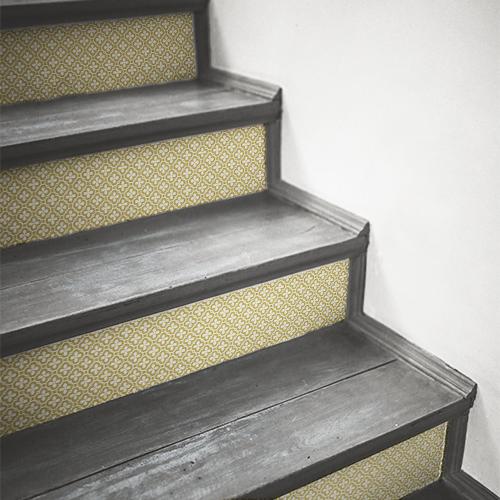 Contremarches en bois ornées de stickers jaune et blanc de forme trèfle