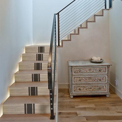 Sticker moderne pour escalier, bandes noires sur fond imitation bois