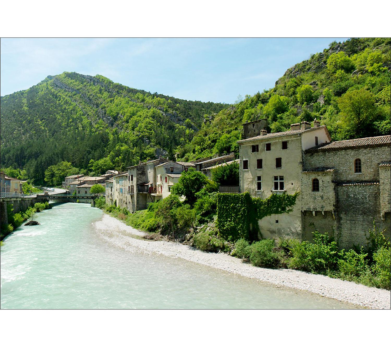 Visuel grand format, décoration murale à coller, ambiance estivale dans un village de montagne au bord de l'eau