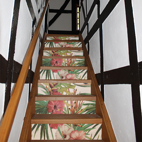 Escalier rustique rénové avec des contremarches adhésives design au motif floral peinture qui sont des fleurs jungle imprimées